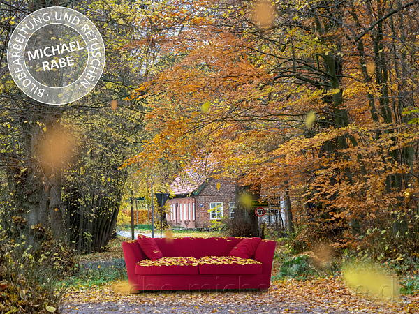 Composing: Ein rotes Sofa im Herbst.
